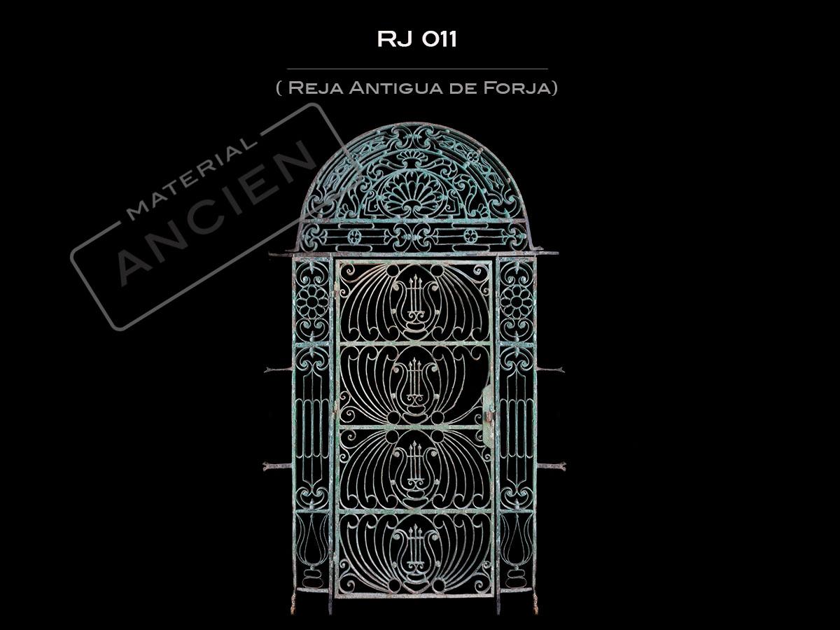 Rejas de forja antiguas best puertas de madera antiguas de madera antigua con una reja de - Rejas de forja antiguas ...